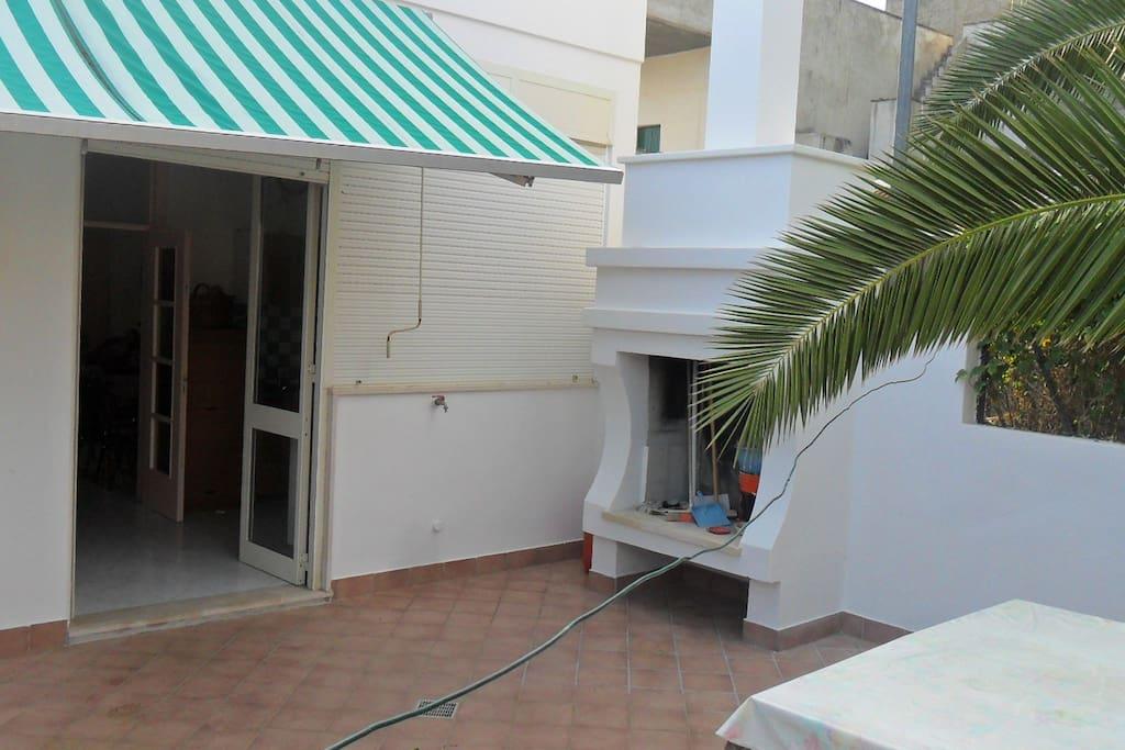 Giardino esterno con caminetto per grigliate e doccia per lavarsi comodamente dopo il mare