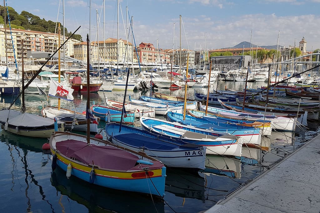 vue du port ( au pied de l'immeuble) - Harbour view (at the feet of the building)