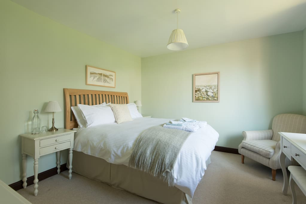 Uffington king size en suite room with garden view