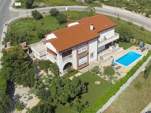 Seasidetown Villa With Pool And Large Garden - Krk - Casa
