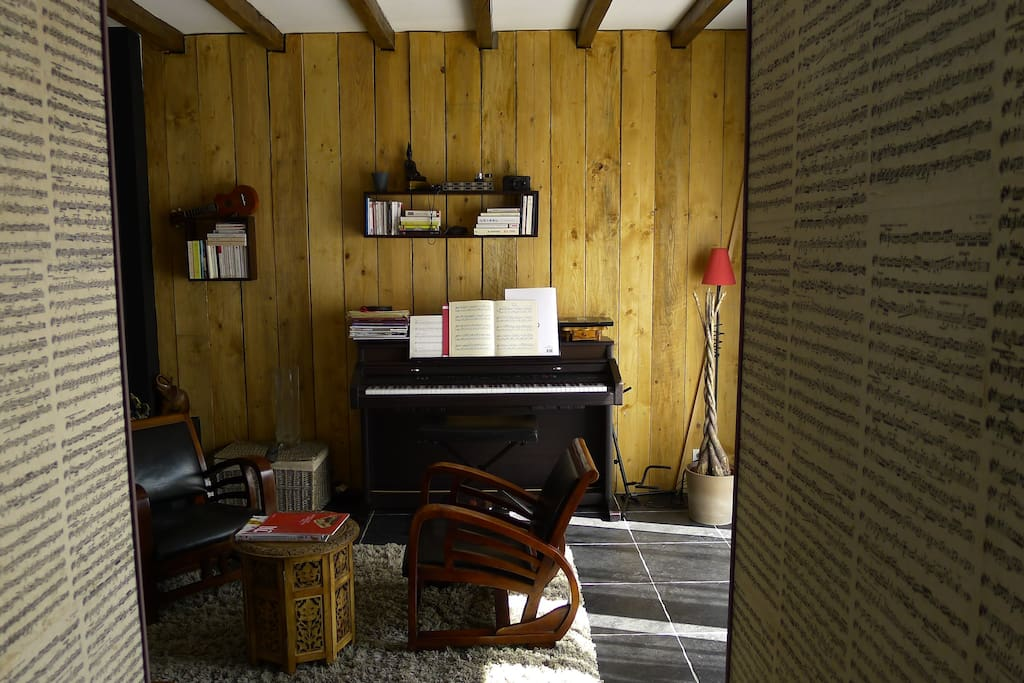 Le salon avec son piano, guitare et ukulele