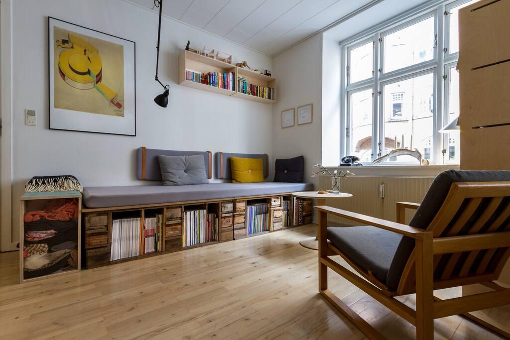 Stue med sofa/briks, med mulighed for ekstra opredning.