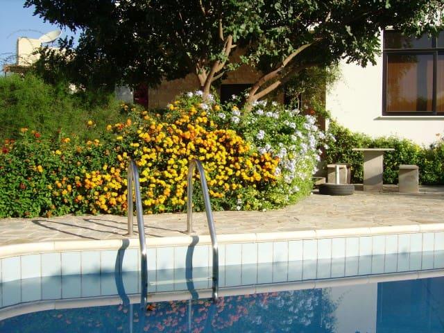 Große Wohnung mit Garten, Pool, BBC - Kissonerga - Lejlighed