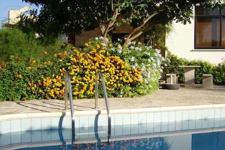 Große Wohnung mit Garten, Pool, BBC - Kissonerga - Lakás