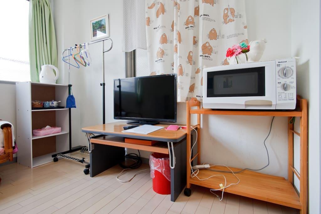 房間内有冰箱,洗衣機,空調,電視機,微波爐,電熱水瓶,電吹風和茶壺茶杯,碗碟等。