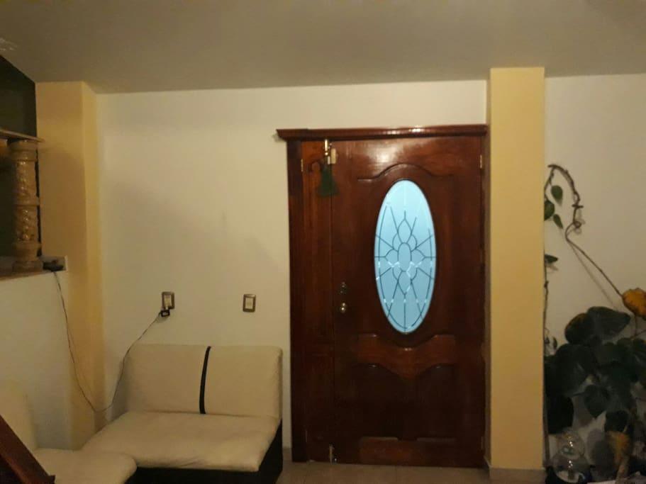 la entrada de la casa con la pequeña sala donde si está toda la familia se pueden hacer pláticas muy interesante y divertidas
