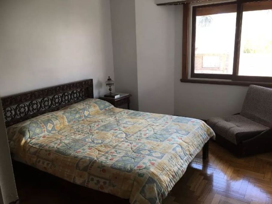 Dormitorio principal en planta inferior con placard