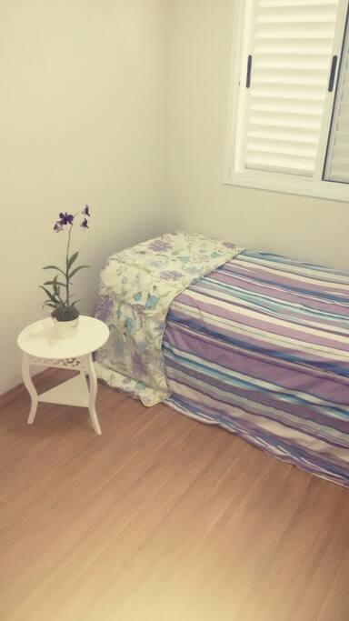 Quarto com cama de solteiro e armário embutido