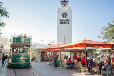Perfect location to explore & visit Los Angeles!  Walk to The Grove & Farmer's Market on 3rd & Fairfax.    Wholefoods & Trader Joe's for your groceries... Or dine out at Mixology!    Major bus lines to Downtown.  10 minutes to Beverly Center & Beverly Hills' infamous Rodeo Drive!!!