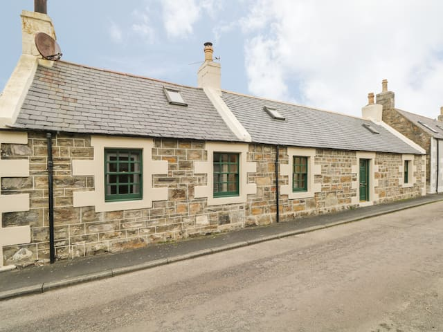 83 SEATOWN, pet friendly, with open fire in Cullen, Ref 989552