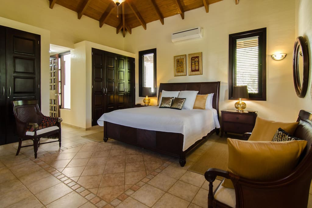 Private suite Bali, King bed, big built in wardrobes. Very spacious.