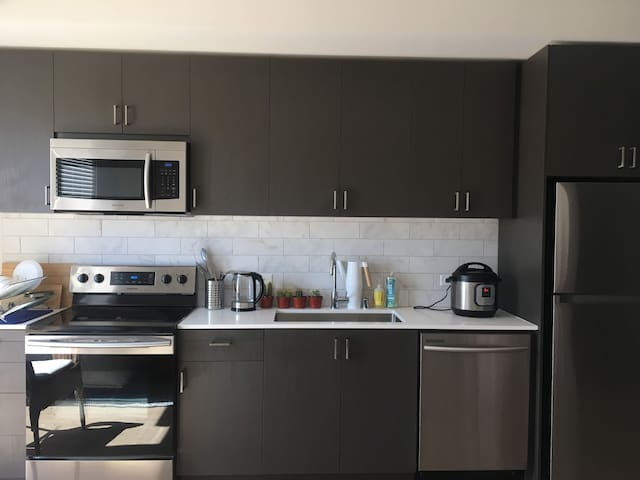 Modern, new luxury 1-br next to bart, easy commute