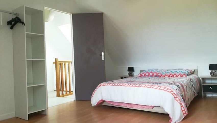 Chambre avec dressing et lit 140x190 cm