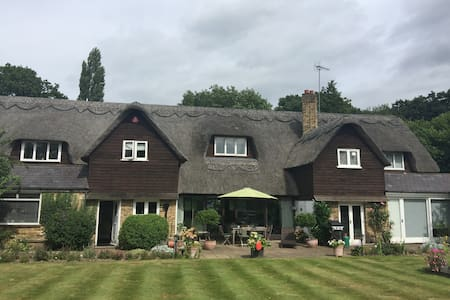 Charming Thatched Barn - Gerrards Cross - 一軒家