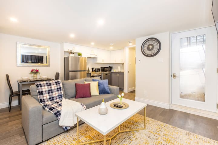 PRIME Location - Luxury 1BR with King Bed - Steps From Byward Market!