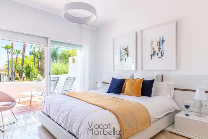 King-size bed (180 x 200 cm), direct access to the terrace, and en-suite bathroom with walk-in shower and double vanity.
