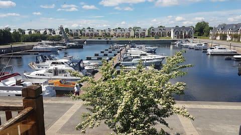 克里曼,这是个很特别的地方它拥有人们所希望的一切。香农河( Shannon River ) --一个拥有宁静游轮和船屋的码头。河畔散步愉快。3家酒吧提供食物,步行即可抵达。天堂! !