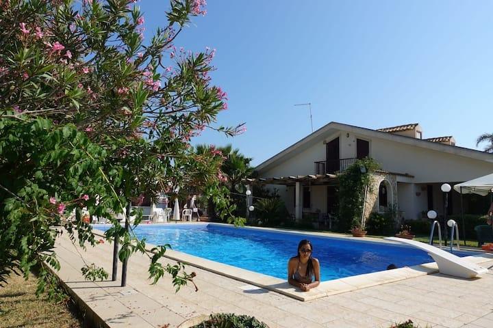Alloggi  in villa con piscina condivisa al mare
