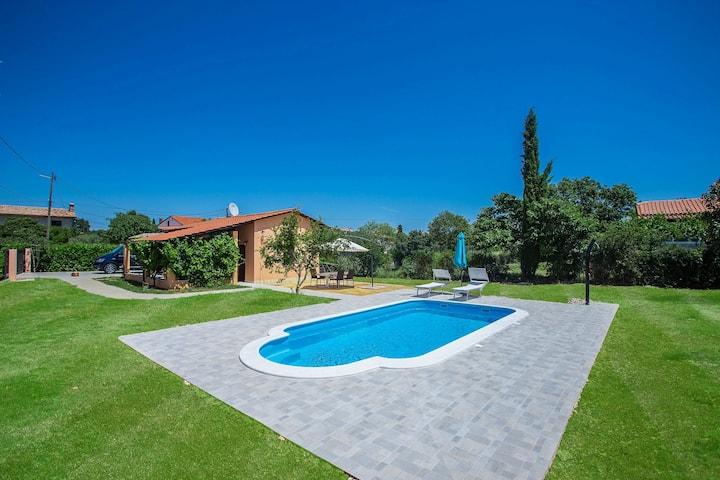 Casa Luka Vareški with pool