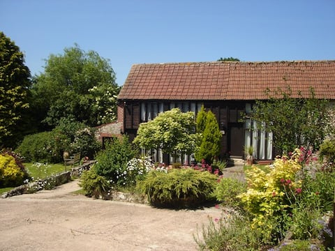 Idyllic country cottage with Heated Pool (May-Sep)
