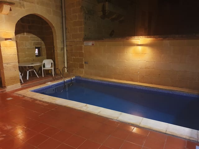 Quaint old farmhouse, private pool, 6 bed+