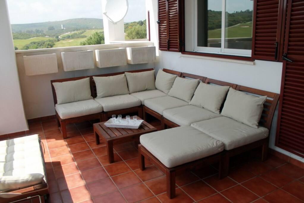 Grande terrasse avec coin salon .