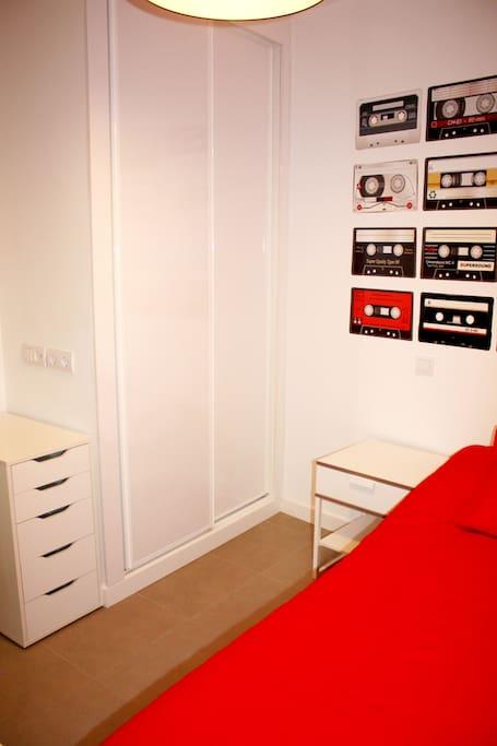 La habitación tienen una decoración divertida, con toques ochenteros y aunque es interior, es muy luminosa por sus paredes blancas impolutas.