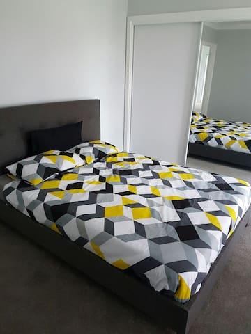 Mordern queen bedroom + bathroom - Bayswater - Haus