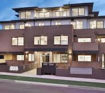 Brand New Modern Apartment - Private Rooms - Croydon - Apartmen