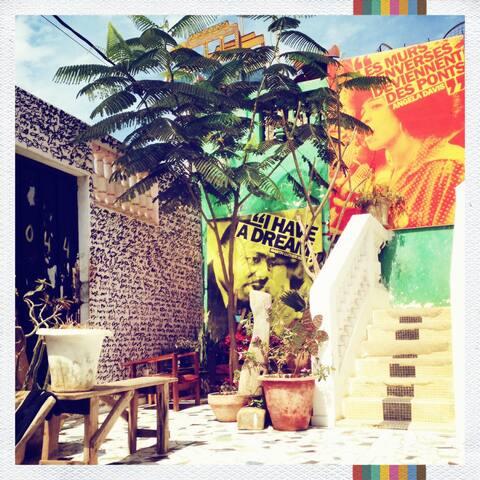 Maison d'artistes à Dakar : Chambre, sdb + cour - Dakar - House