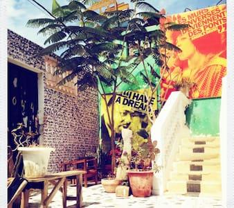 Maison d'artistes à Dakar : Chambre, sdb + cour - Dakar