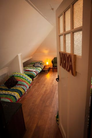 Bright 6person room, books, tv, breakfast & forest - Groningen - Haus