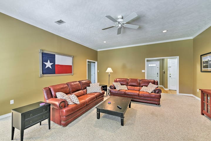 College Station Home w/Yard - 5 Mins to A&M!