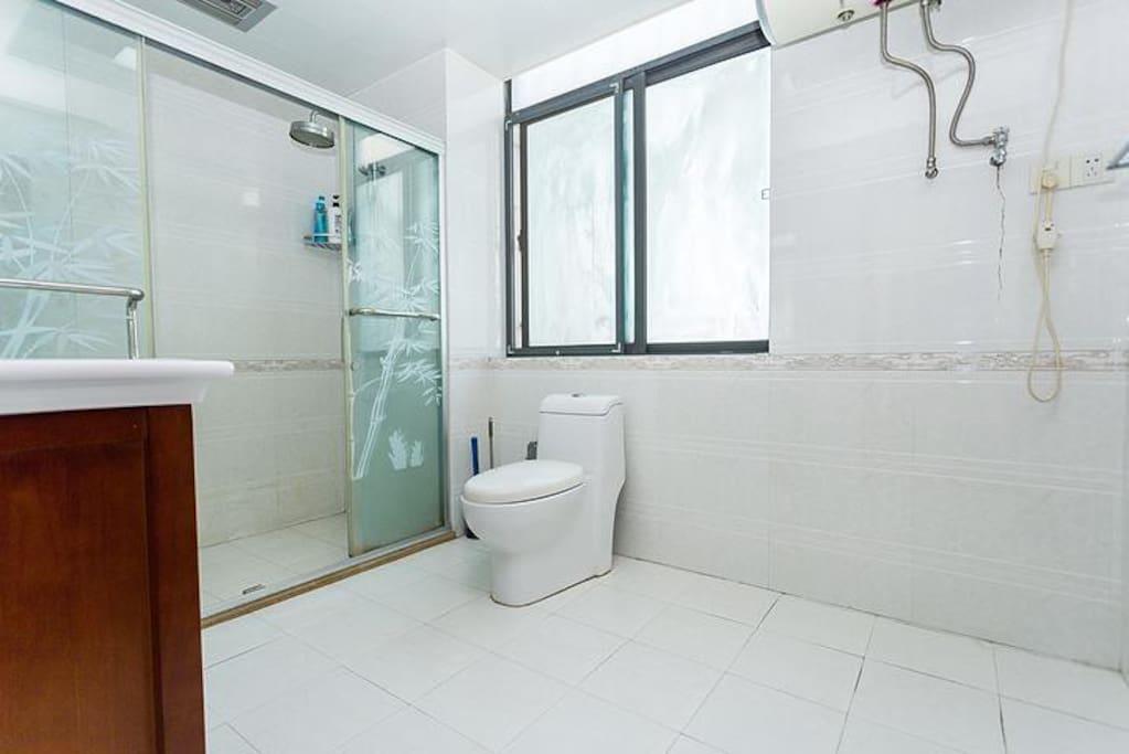 宽敞的卫浴间