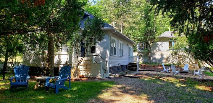 Beach Bird Cottage- 5min walk to the lake! 3BR 1BA
