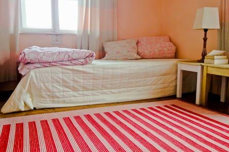 Idyllisches Eck-Zimmer im Vintage-Stil