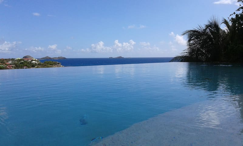 Villa sacha houses for rent in guadeloupe antilles for Piscine miroir guadeloupe