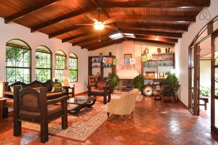 Flor de Mayo Guest House #3 - Alajuela - Bed & Breakfast