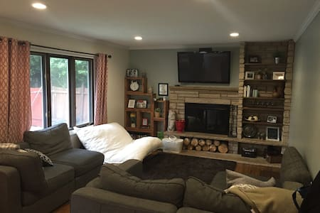 Large comfortable home - MOA, Airport, pool! - Burnsville - House