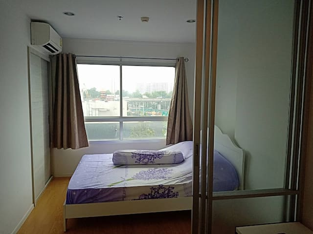 Airportlink Hua Mak; a condominium unit with wifi