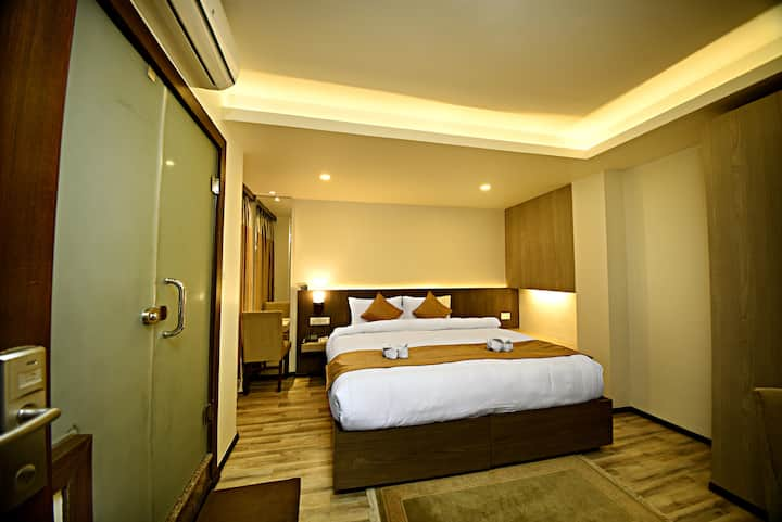 Deluxe Suite with Jaccuzi atThe Milestone Hotel