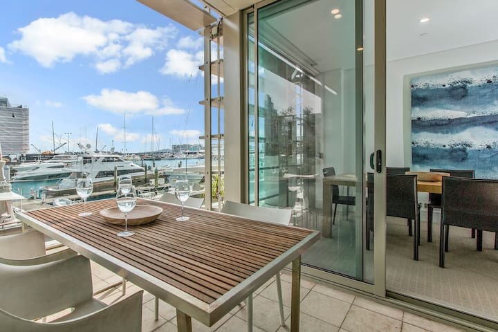 Viaduct Harbour Executive Waterside Apartment w/AC
