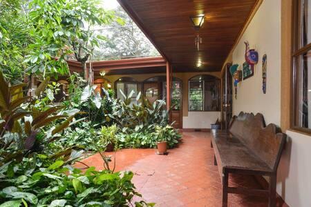 Flor de Mayo Guest House #2 - Río Segundo - Bed & Breakfast