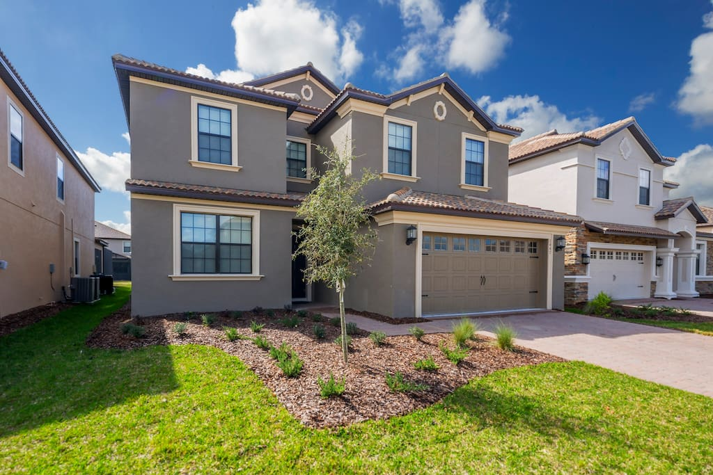 Bring the whole family to enjoy this 6 bedroom villa located in the beautiful ChampionsGate Resort, just minutes from the Orlando area theme parks!