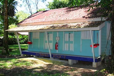 Tampang House chalet in Eco-friendly Campsite - Gopeng - Hytte (i sveitsisk stil)