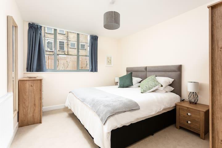 Stylish 2 Bed Modern City Centre Apartment