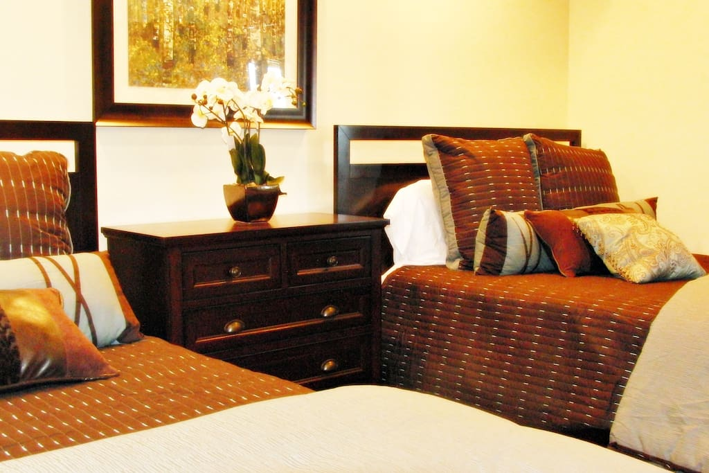 The Caddyshack offers comfortable, tastefully decorated bedrooms with queen and twin-size beds.