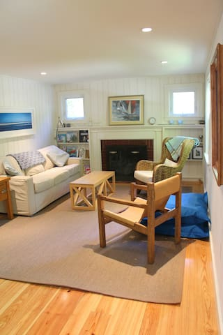 Quiet cottage walk/bike to beach - sleeps 8 people - Harwich - House