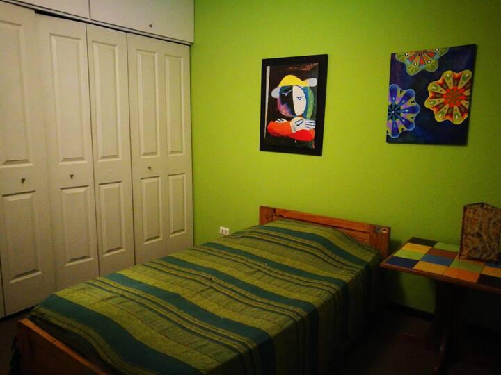 Dormitorio simple en condominio tranquilo