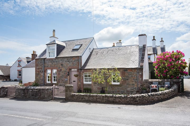 Kirkton Cottage-cosy & luxurious Boutique style